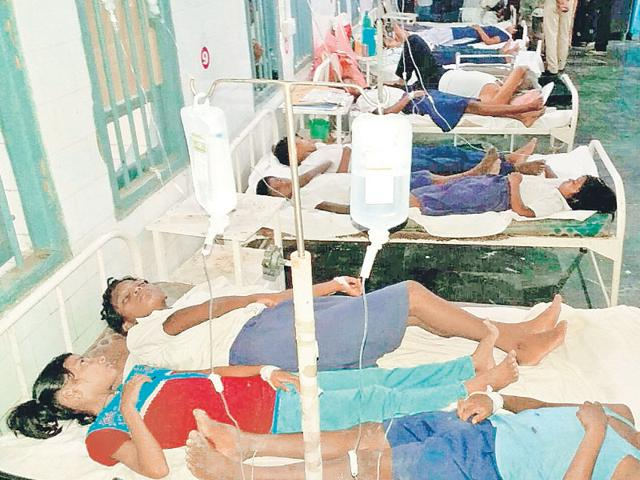 Schoolchildren who fell ill after eating midday meal undergo treatment at Koderma district hospital on Wednesday. (HT Photo)
