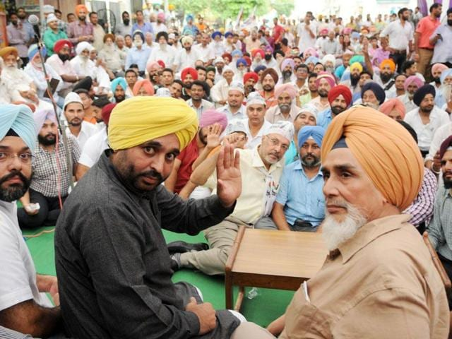 Sangrur MP Bhagwant Mann, along with state AAP convener Sucha Singh Chhotepur, addressing a party workers' meeting on the Bhadson road in Patiala on Thursday.