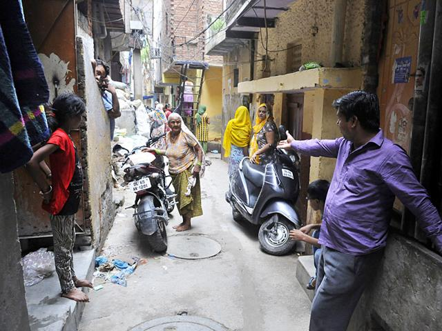 Residents of Punjabi Colony in West Delhi's Anand Parbat point at the spot where a woman was stabbed to death.(Sushil Kumar/HT Photo)