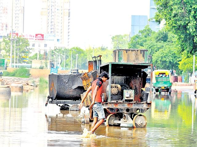 The Noida authority had carried out maintanence work on roads in Sectors 62, 63 and the City Centre crossing. (HT File Photo)