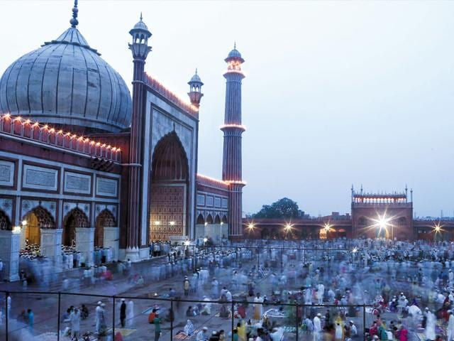 Hundreds of people broke their fast at the Mughal-era mosque on the last Friday of Ramzan. (Ravi Choudhary/HT Photo)