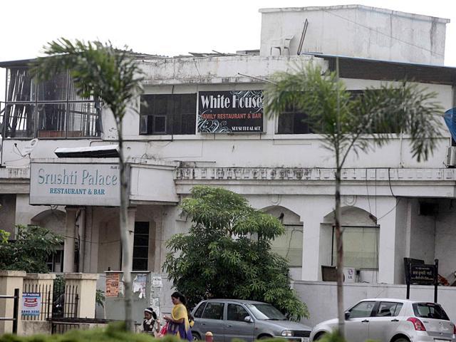 Mumbai journalist,bar raid,journalists