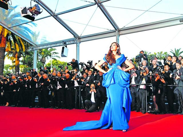 Sonam Kapoor, is one of the most sought-after celebrities in India. According to Viral, when it comes to photo-ops, the actor is elegant and an expert, as she knows how to pose because of the exposure she's had on the red carpets abroad. (AFP photo)