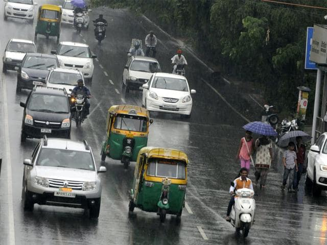 After a dry spell of 22 days, Indore witnessed monsoon rain on Saturday, bringing relief to the people. (Arun Mondhe/HT photo)