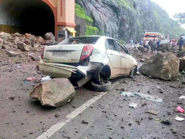 Mumbai-Pune highway landslide,2 killed in Mumbai lanslide,Mumbai-Pune highway traffic