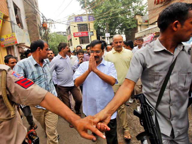 Delhi chief minister Arvind Kejriwal and deputy CM Manish Sisodia visit the family of a 19-year-old girl who was stabbed to death in Anand Parbat. (Arun Sharma/HT Photo)