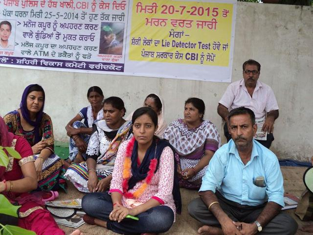 Neetu Kapoor (centre) , sister of Manoj Kapoor, has began an indefinite hunger strike. HT/Photo