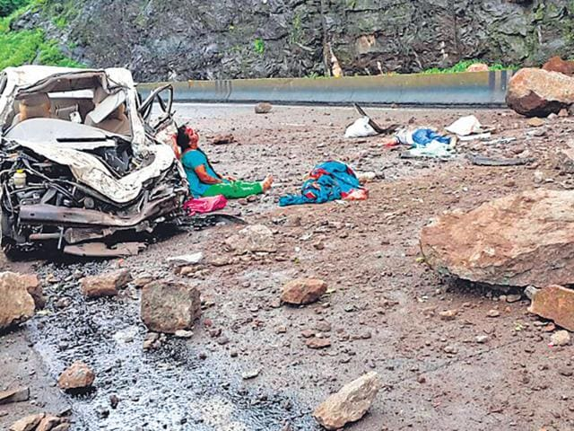A victim near one of the crushed vehicles on the Mumbai-Pune expressway. (HT Photo)