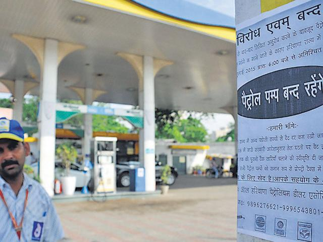 A notice stating the closure of petrol pumps. (Praveen Kumar/ HT Photo)