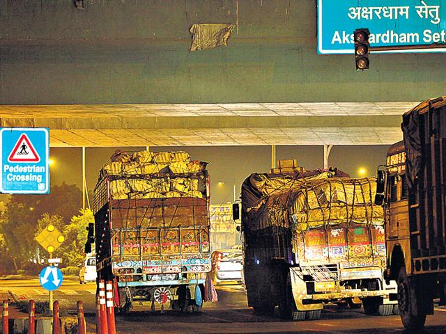 Centre maintains that diesel vehicles contribute little to the pollution in Delhi. The Delhi government in a report submitted to the NGT claims that only 41 of the 759 trucks entering Delhi violate norms. (Raj K Raj/HT Photo)