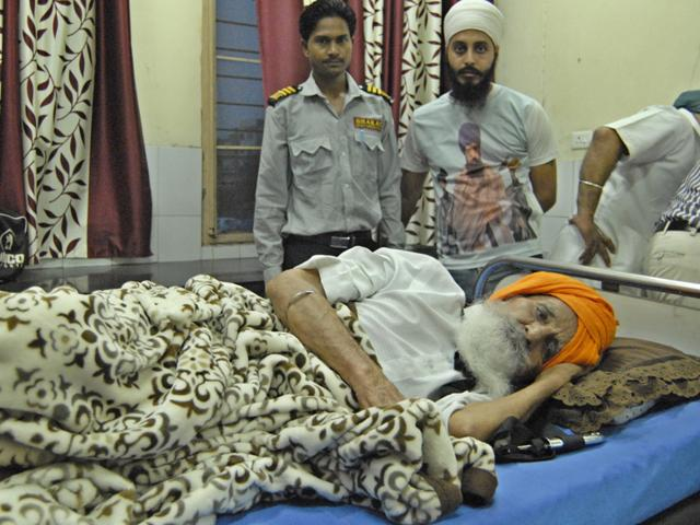 Sikh activist Surat Singh Khalsa at the civil hospital in Ludhiana on Monday. (HT Photo)