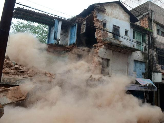 The Bhopal Municipal Corporation on Tuesday pulled down a century-old three-storied building on Marwadi road. (HT photo)
