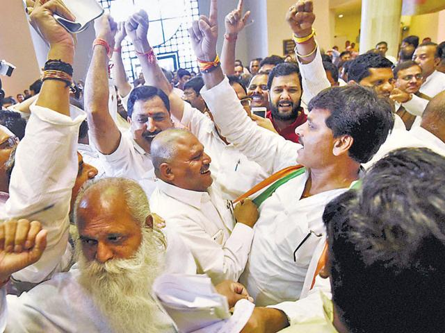 Vyapam Scam,BJP and Congress MLAs fight in Madhya Pradesh assembly,Congress demands CM Chouhan's resignation