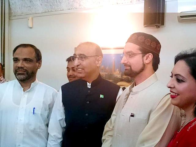 Moderate Hurriyat leader Mirwaiz Umar Farooq (3rd from right) attended the Eid Milan hosted by Pakistan High Commissioner Basit Umar (2nd from right) in New Delhi on July 21, 2015. (HT Photo)