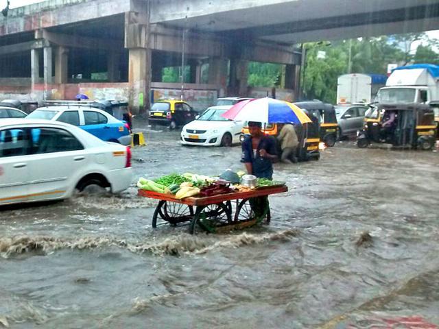 Heavy rains led to waterlogging in Andheri (east), Mumbai. (Vijayanand Gupta/HT Photo)