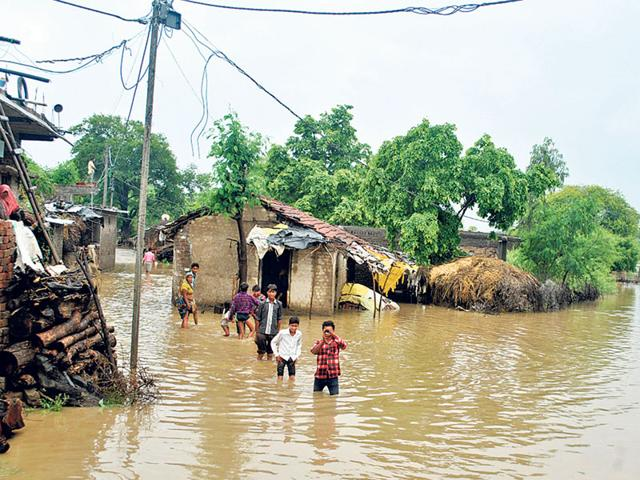 Overflowing water from Chota Sirpur Lake inundated Gwala Colony in Indore on Sunday. (Shankar Mourya/HT)