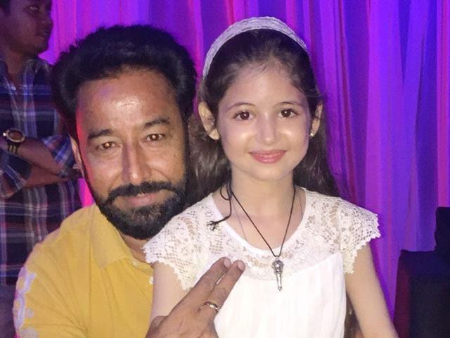Punjabi theatre artist and Chandigarh-based line producer Darshan Aulakh with the child actor from Bajrangi Bhaijaan, Harshali Malhotra. (HT photo)