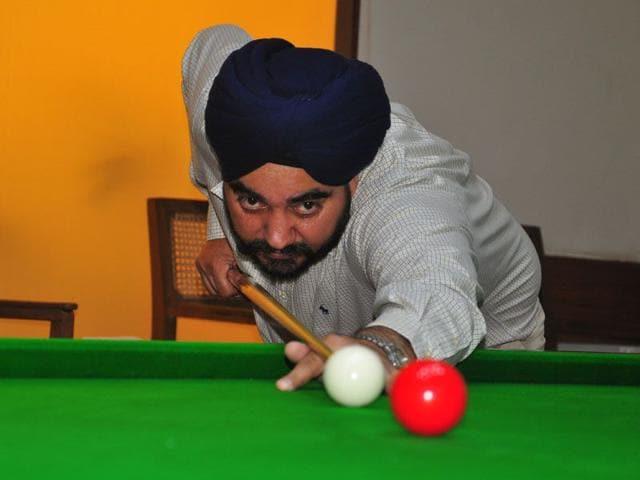 Snooker player KS Nalwa in action against Mahesh Choudhri at Chandigarh club, on Tuesday (Karun Sharma/HT)
