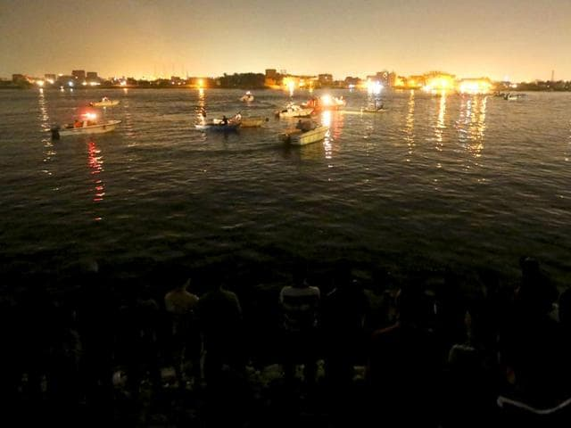 People gather along the banks of the Nile river during a search for the victims of the boat accident on River Nile in Warraq area of Giza, Egypt. (Reuters Photo)