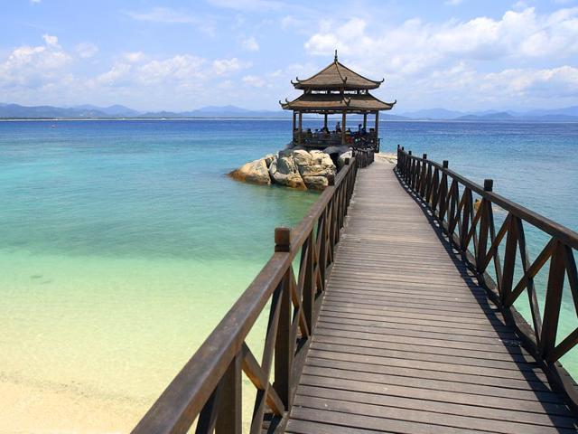 With The Increasing Pority Of Sanya Among Vacationers Many Top Line Hotels Have Acquired Property Along Beaches This City On Hainan