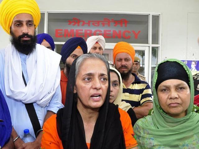 Surat Singh Khalsa's daughter Sarvinder Kaur (centre) at the civil hospital in Ludhiana on Wednesday. (HT photo)