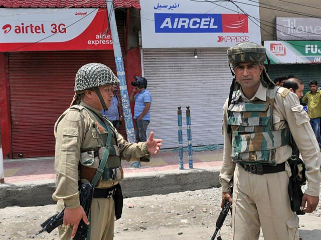 Securitymen outside of closed Aircel shop after a grenade attack targeted offices of telecom companies. (Waseem Andrabi/HT Photo)