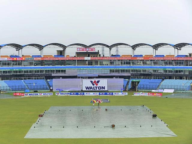 Officials walk across the pitch as rain washes out play on the fourth day of the first cricket Test match between Bangladesh and South Africa at the Zahur Ahmed Chowdhury Stadium in Chittagong on July 24, 2015. (AFP Photo)