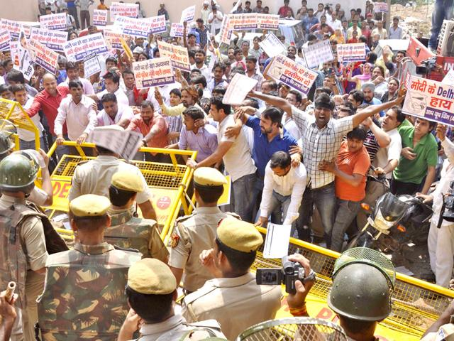 Aam Aadmi Party's youth wing workers protest outside Anand Parbat police station over Meenakshi murder case. (HT File Photo)