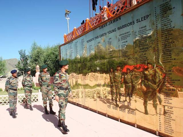 Army chief General Dalbir Singh Suhag visiting Kargil War Memorial. HT Photo