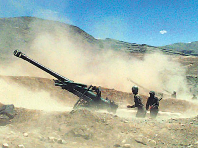 Indian artillery units pound enemy positions at the height of Kargil war. (Pradeep Bhatia/HT file photo)