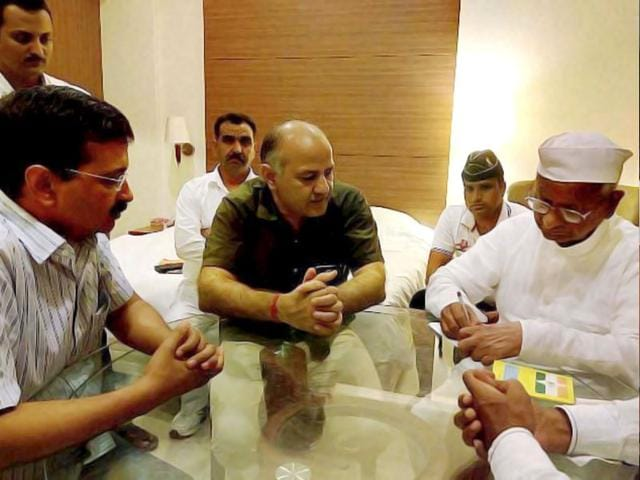 Delhi chief minister Arvind Kejriwal and deputy CM Manish Sisodia with social activist Anna Hazare at Maharashtra Sadan in New Delhi. (PTI Photo)