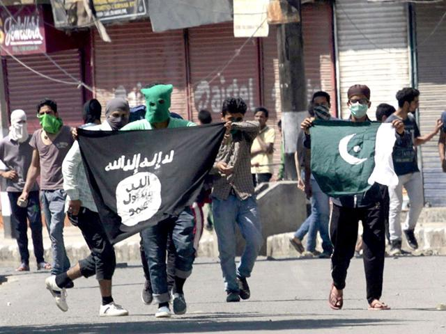 File photo of Kashmiri protesters displaying the flags of IS and Pakistan flag during a protest against the alleged desecration of Jamia Masjid by police in Srinagar, Jammu-Kashmir.(Photo by Waseem Andrabi/ Hindustan Times)