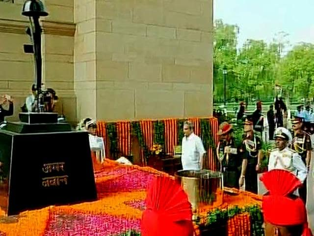 Defence minister Manohar Parrikar and heads of army, navy and air force pay tribute to the Kargil's martyres at Amar Jawan Jyoti in New Delhi. (ANI Photo)