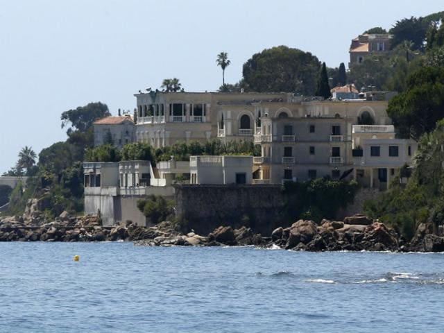 A picture of the villa of Saudi king in Vallauris Golfe-Juan, southeastern France, on July 26, 2015. King Salman of Saudi Arabia arrived in France for a Riviera holiday, with the closure of the beach in front of his villa incensing local residents. (AFP Photo)