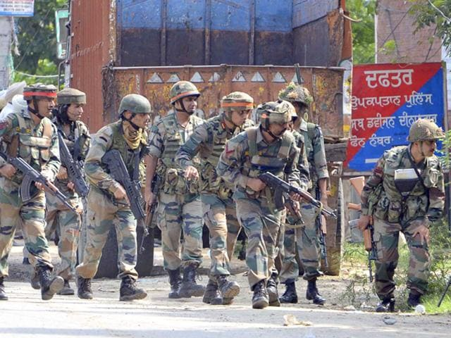 Punjab-police-SWAT-team-during-an-encounter-with-armed-attackers-at-the-police-station-in-Dinanagar-town-in-Gurdaspur-district-Sameer-Sehgal-HT-Photo