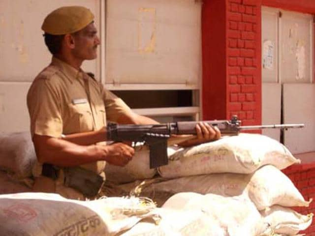 Terror alert called on Monday after the suspected terrorist attack in Gurdaspur, Punjab. (HT Photo)