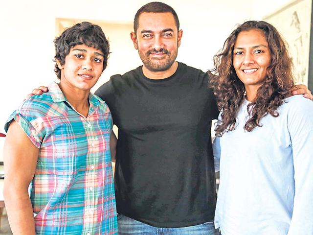 Aamir Khan (centre) with Babita (left) and Geeta Phoghat (right). (Photo: Getty Images)