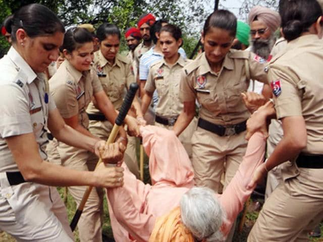 The cops used force when farmers, owing allegiance to Bharti Kisan Union (Dakaunda), started pelting cops with stones after the administration started a drive to seal all houses built on the government land. (HT Photo)