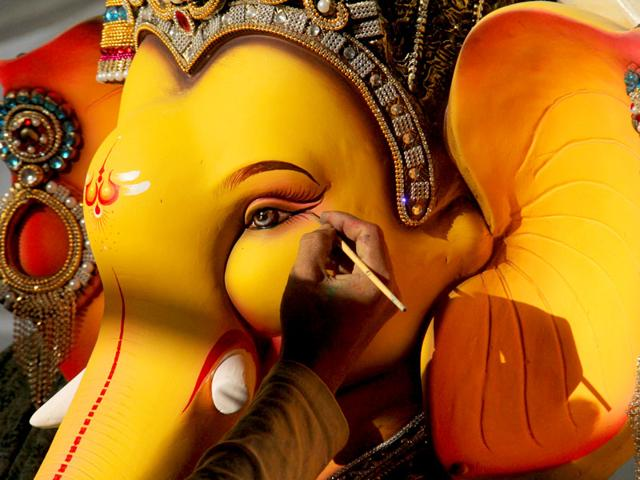 An artist gives the final touches to a Ganpati idol at Malad ahead of Ganesh Chaturthi fetival in Mumbai. (Pramod Thakur/HT photo)