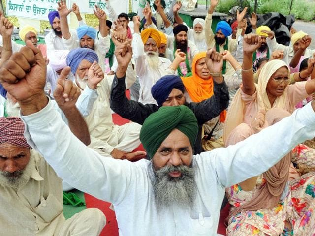 Members of Bharti Kissan Union holding a protest against the Punjab government in Patiala. (Photo by Bharat Bhushan/HT)