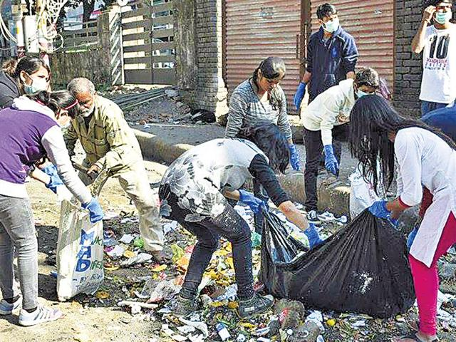 Volunteers of Making a Difference by Being the Difference on a clean-up drive in Jakhan area of Dehradun. (HT File photo)