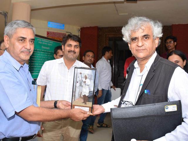 Ramon Magsaysay award winning veteran journalist P Sainath (right) being felicitated by professor emeritus Raghuvendra Tanwar at Kurukshetra University's Dharohar museum on Tuesday. HT Photo