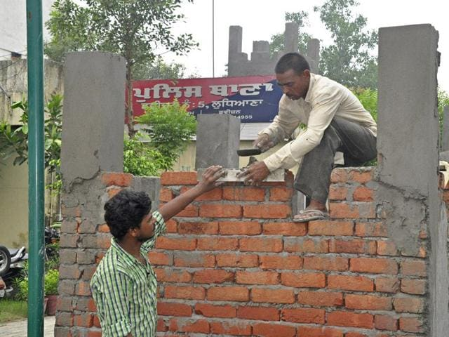 Workers busy in building a bunker at police division No. 5 in Ludhiana on Tuesday. (Sikander Singh Chopra/HT)
