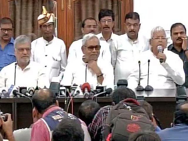 Bihar CM and JD(U) leader Nitish Kumar and RJD leader Lalu Prasad at a press conference in Patna. (ANI Photo)