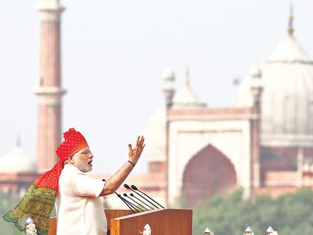 On I-Day last year, PM Modi insisted the bulletproof glass be removed so he could 'directly connect' with the people. (Ajay Aggarwal/HT File)