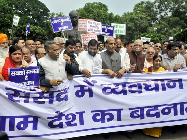 NDA leaders protest against UPA leaders for disrupting parliamentary proceedings on the last day of monsoon session, in New Delhi. (Sushil Kumar/HT Photo)