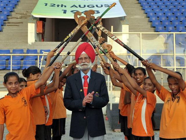 Balbir Singh Sr being given guard of honour by young hockey trainees during the commemorative function to mark 67th anniversary of India's victory over Britain in the 1948 London Olympics final, at the International Hockey Stadium in SAS Nagar on Wednesday. (Keshav Singh/HT)