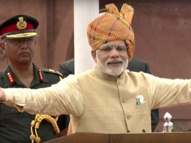 Modi's attire was smart, as usual, and he sported a striking saffron turban. There was a huge crowd, listening patiently on a muggy Delhi morning. (Ajay Aggarwal/ HT Photo)