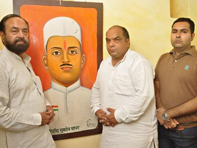 Ashok Thapar (left) , president of All India Sheheed, Sukhdev Thapar Memorial Trust said that Sukhdev fought the British and laid down his life, his contributions being no less than any other freedom fighter. (HT Photo)