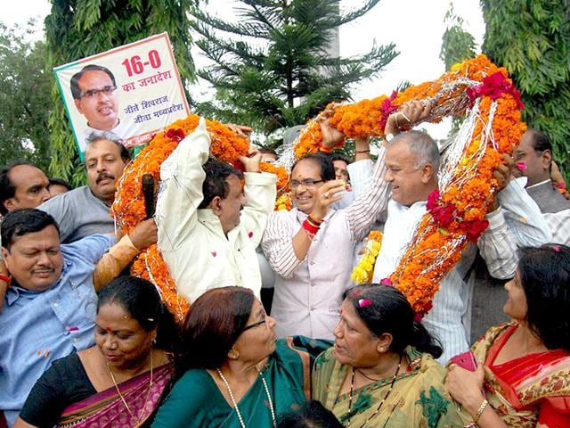CM Shivraj Singh Chouhan and party members celebrate BJP's win in local body polls at the party office in Bhopal on Sunday. (Bidesh Manna/HT photo)